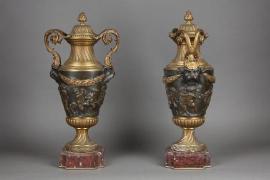 Coppia di potiches in bronzo dorato